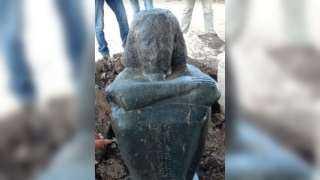 السياحة والآثار: اكتشاف تمثال لأحد كهنة الإله حتحور بميت رهينة