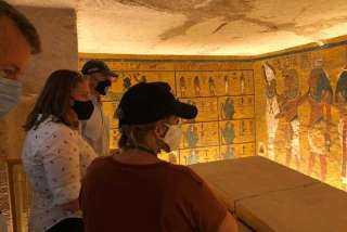 صورة تذكارية للسفير الأمريكى بمقبرة «توت عنخ آمون»