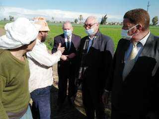 رئيس قطاع الخدمات والمتابعة بالوزارة فى زيارة لزراعة البحيرة