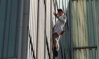 صدق ولا تستغرب .. بريطانى يتسلق ناطحة سحاب بدون معدات حماية فى برشلونة
