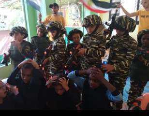 أطفال يحاكون «حرب أكتوبر» بالمسدسات البلاستيك.. حضانه بالمعادي تعلم حب الوطن